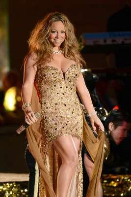Luego de permanecer alejada de los conciertos multitudinarios por la crianza de sus hijos, Mariah Carey deslumbró a los fanáticos al subir al escenario con un ajustado traje dorado, el cual tenía un prominente escote, lo que la hizo lucir como una verdadera diosa de seducción, durante el performance que realizó en la apertura de la temporada de la NFL, realizada en el Rockefeller Center de Nueva York.