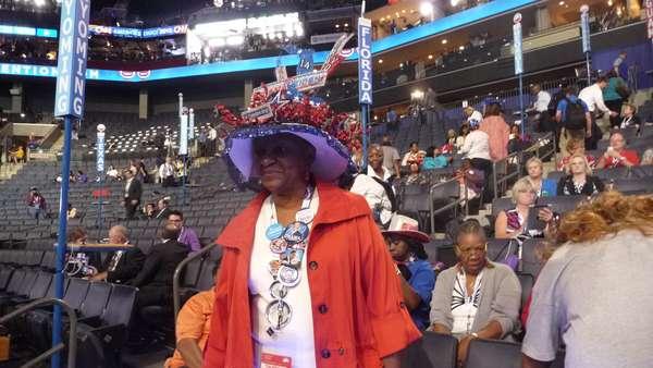 """En Charlotte todos están ansiosos por escuchar el mensaje que la """"estrella"""" de la Convención Demócrata, Barack Obama, tiene guardado para su gente. Se respira fervor en el auditorio, pero no solo allí. También en las calles, en los puestos de venta y en los pasillos. Todos tienen la """"camiseta"""" de Obama puesta."""