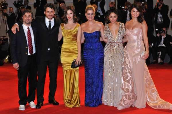 El festival de cine de Venecia ha recibido dos de sus visitas más esperadas: las de las actrices Selena Gomez y Vanessa Hudgens, ambas protagonistas de Spring Breakers, que posaron junto al director de la cinta, Harmony Korine, James Franco, Ashley Benson y Rachel Korine.