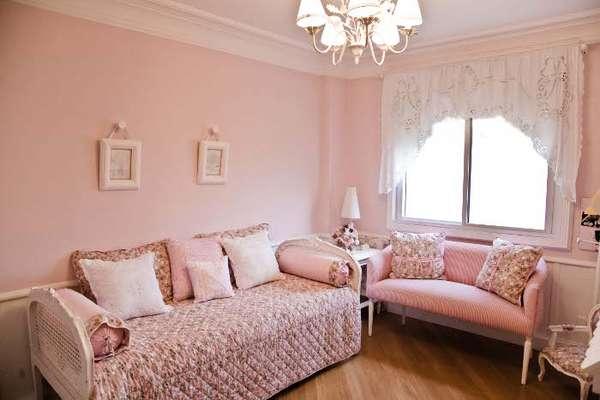 O projeto da arquiteta Maite Maiani é o típico quarto de menina, com muito rosa e rococó. Informações: (11) 3031-4400