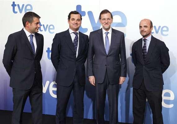 El presidente del Gobierno ha respondido a las preguntas de los periodistas en TVE. Es la primera vez que Rajoy se somete a una entrevista en televisión desde que asumió el cargo en diciembre de 2011. En la imagen, Rajoy (2d) posa junto al director de informativos de TVE; Julio Somoano (i), el presidente de la Corporación RTVE, Leopoldo Gonzalez-Echenique (2i), y el director de RTVE, Ignacio Corrales (d).