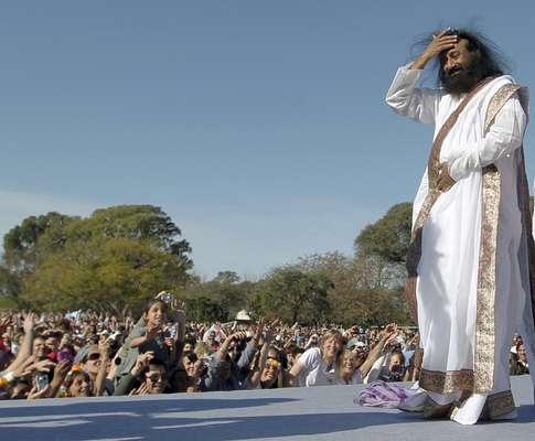 """Más de 100.000 personas cerraron los ojos al unísono hoy en Buenos Aires, inspiraron profundamente y entonaron el mantra """"om"""" en una meditación guiada por el gurú indio Sri Sri Ravi Shankar por la paz universal y """"una sociedad libre de violencia y estrés""""."""