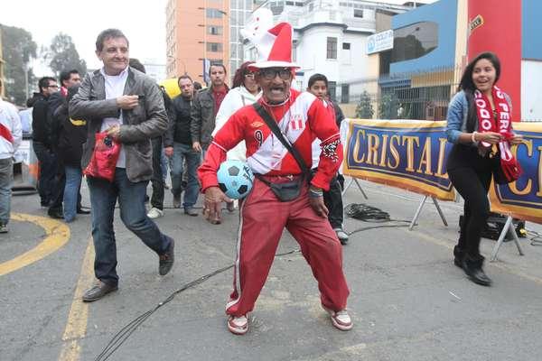 Hinchas empiezan a poblar el Estadio Nacional para apoyar a la selección peruana que esta noche enfrenta a Argentina.