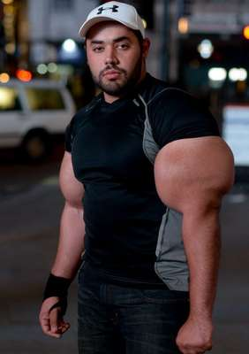 Um fisiculturista nascido no Egito foi premiado com o maior bíceps do mundo. Moutafa Ismail, 24 anos, passou dez anos malhando duas vezes por dia para ter o braço com a mesma circunferência da cintura de um homem adulto: 78 cm