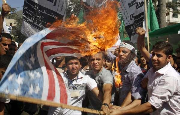 La difusión de un video en Estados Unidos, en el que se ofende al protefa Mahoma, bastó para que la ira islámica despertara y desencadenara una serie de protestas violentas contra embajadas estadounidenses alrededor del mundo, que ya han dejado decenas de heridos y la muerte del diplomático Chris Stevens. Este viernes de oración musulmana se acrecentaron las manifestaciones en países como Túnez, Sudán, Indonesia, entre otros. Te invitamos a que recorras estas revueltas, una a una, de cerca. Advertencia: Algunas fotos contienen material que puede ser considerado como inapropiado para los menores de edad dado lo gráfico del contenido.