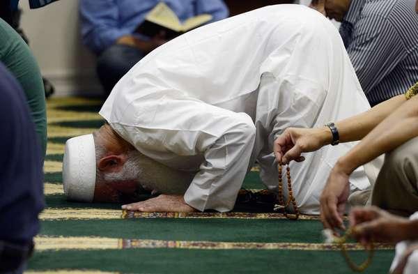 La bronca musulmana en el mundo por el video que se mofa del profeta Mahoma y el islamismo se está extendiendo a otras naciones. Las imágenes de islamistas quemando banderas de Estados Unidos y de Israel se ven en todas las pantallas de TV. La busla hacia el profeta Mahoma es una blasfema para los musulmanes. Aunque, mucha gente desconoce de quién se trata o en qué creen los musulmanes. Aquí, te invitamos a que conozcas quién fue el venerado profeta y en qué creen los musulmanes.