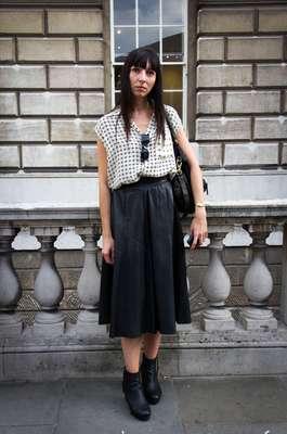 Esta fashionista apostou na saia na altura do joelho, de couro preto