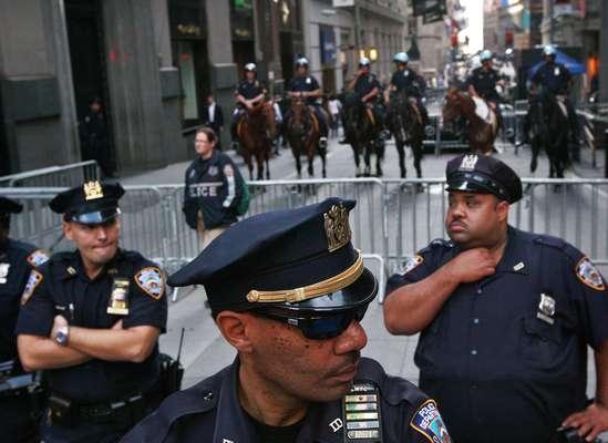 Los manifestantes de Ocupemos Wall Street celebraron el lunes el aniversario del movimiento congestionando las intersecciones viales en el distrito financiero de la ciudad, marchando al ritmo de tambores que eran familiares el año pasado.