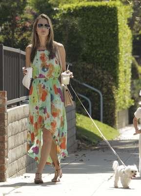 La modelo Alessandra Ambrosio sí sabe cómo llevar un vestido de corte 'tail heim'. Es tendencia para este otoño y las más avispadas ya lo llevaban este verano. Se trata de una falda asimétrica -corta por delante y larga por detrás- que estiliza e imprime un toque original a tus 'outfits'. Alessandra lo ha sabido combinar sabiamente con unas sandalias romanas de color marrón. Perfecto para una tarde de verano.