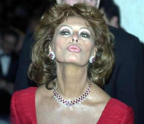 Sofia Villani Scicolone, más conocida como Sophia Loren, es una de las más grandes actrices que ha dado Italia. Atesora unos 50 premios internacionales, entre ellos dos Óscar (uno de ellos honorífico), un BAFTA británico y varias nominaciones a los Globos de Oro. También se la considera una de las mujeres más elegantes del mundo.