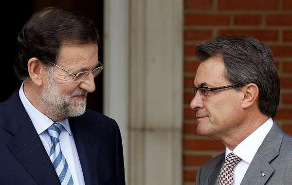El jefe del Gobierno, Mariano Rajoy, ha recibido hoy pasadas las once de la mañana en el Palacio de la Moncloa al presidente de la Generalitat de Cataluña, Artur Mas. La forma de recibirlo, la actitud de cada uno de los líderes políticos, sus gestos... han sido fiel reflejo de sus posiciones encontradas.