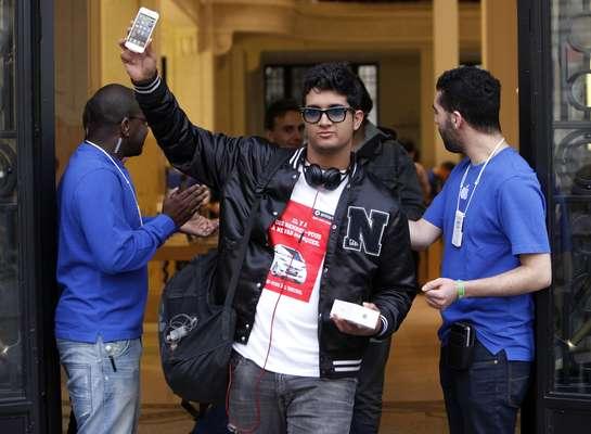 Los fanáticos de Apple de todo el mundo recibieron este viernes con largas colas y mucho entusiasmo el iPhone 5, la nueva versión del teléfono inteligente de la marca estadounidense, que será probablemente un éxito de ventas pese a las críticas sobre su falta de innovación tecnológica.