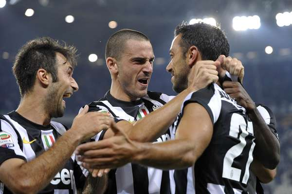 Juventus' Fabio Quagliarella (R) celebrates with his teammates Mirko Vucinic (L) and Leonardo Bonucci after scoring against Chievo Verona during their Italian Serie A soccer match at Juventus stadium in Turin September 22, 2012. REUTERS/Giorgio Perottino
