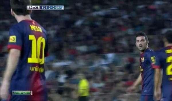 La tensión por el resultado ante el Granada, (0-0 al intermedio), hicieron que Messi le echara una bronca a su compañero Villa en una acción de ataque del Barcelona.