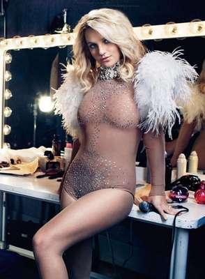 Britney Spears realiza una pose sugerente, usando solamente un ajustado body color piel, en una de las fotos que engalanan la edición del mes de octubre de la revista Elle.