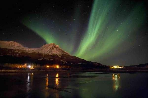 Aurora Boreal, Noruega: quando partículas da magnetosfera encontram a atmosfera da Terra, cria-se um dos mais belos espetáculos da natureza. A aurora boreal ocorre principalmente nos países nórdicos como a Noruega, iluminando o céu com luzes de diferentes cores durante as longas noites do inverno