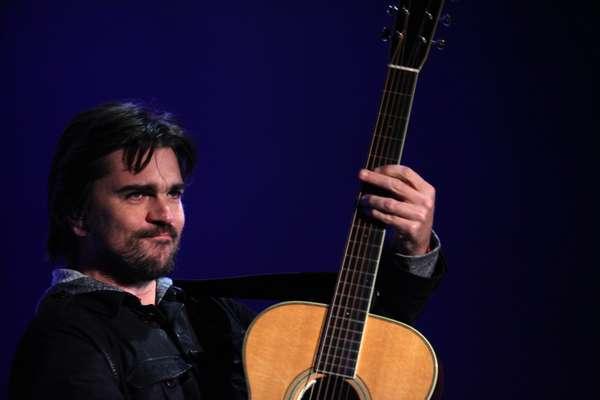 Juanes, ante un público entregado, aplacó el frío de la noche en Motevideo, Uruguay, con un caliente show en el que el artista repasó sus grandes éxitos en formato acústico.