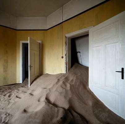 Escenas de casas abandonadas y tomadas por la arena en el desierto de Namibia, en el sudoeste de África, han inspirado el trabajo del fotógrafo español Álvaro Sánchez-Montañés.