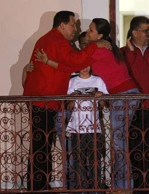 El recién reelegido presidente Hugo Chávez festeja su victoria en el balcón presidencial ante miles de seguidores