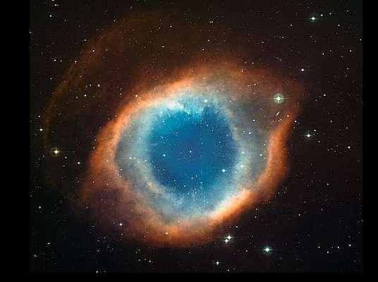La nebulosa de Hélix fue captada por una cámara astronómica unida al telescopio del Observatorio Europeo Austral (ESO, por sus siglas en inglés) en Chile. El color azulado es el resultado de la exposición de los átomos de oxígeno, la radiación ultravioleta de la estrella y el calor de sus gases.