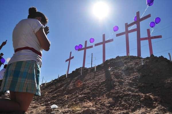 La sombra de la desaparición de decenas de mujeres en Ciudad Juárez persiste, ya que si bien muchos casos se han resuelto, otros tantos siguen aún en el aire. Familiares y conocidos de las víctimas mantienen la esperanza de hallarlas vivas. O bien, buscan un acto de justicia que apague su angustia. Pero ¿qué hay de las investigaciones?