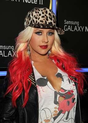 """Christina Aguilera se robó varias miradas, al lucir sus nuevos mechones rojos en el cabello y pasear muy segura de sí misma sus voluptuosas curvas por la alfombra azul en el lanzamiento del dispositivo """"Samsung Galaxy Note II"""", en Los Ángeles. La cantante, que ajusta los detalles para el lanzamiento de su nuevo álbum """"Lotus"""", se hizo acompañar por su novio Matt Rutler, con quien probó las funciones que ofrece este nuevo adelanto tecnológico, el cual es muy útil para la industria musical."""