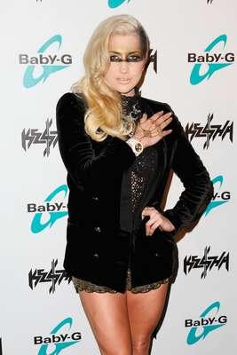 A cantora norte-americana Ke$ha usou um short curtinho para lançar sua linha de relógios na noite de segunda-feira (29)