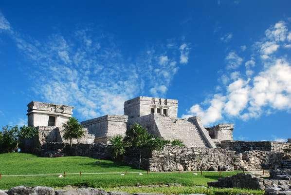 Desde Cancún se pueden visitar las ruinas de algunas de las ciudades mayas más importantes que florecieron en la península de Yucatán entre los siglos 3 y 16. Uxmal y Chichén Itzá son algunos de los sitios arqueológicos a los que se puede llegar en autobús, barco o avión. Arriba, la pirámide el Castillo en Tulum.