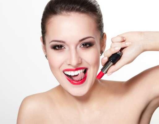 Batom vermelho é um clássico, nunca sai de moda. Qualquer look básico e uma cara limpa se transformam com esse toque de sensualidade. Mas, para acabar com o glamour, basta que o batom migre dos lábios para os dentes.