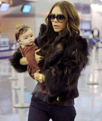 Harper Beckham tiene apenas 15 meses pero ya es dueña de un clóset de lujo. En sus múltiples apariciones públicas siempre se la ve muy cuidadosamente vestida y nunca repite vestuario. Mira los fabulosos mini-looks de esta pequeña celebridad.