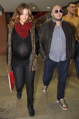 El primer hijo de Jessica Bueno y Kiko Rivera se está haciendo esperar. La pareja está deseando que nazca su bebé. Los jóvenes han preferido esperar a que llegue el momento del parto saliendo a pasear por la capital sevillana.