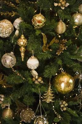 Cada año las familias se plantean la misma pregunta: ¿árbol de Navidad artificial o natural? Por esta razón, aquí te presentamos algunos de los pros y contras de cada uno.