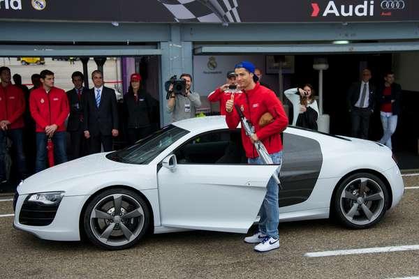Cristiano Ronaldo y sus compañeros de la primera plantilla del Real Madrid recibieron los autos que usarán en la temporada 2012-13, que les fueron entregados por la casa automotriz Audi, como parte del acuerdo que el club tiene con la marca alemana desde hace varios años.