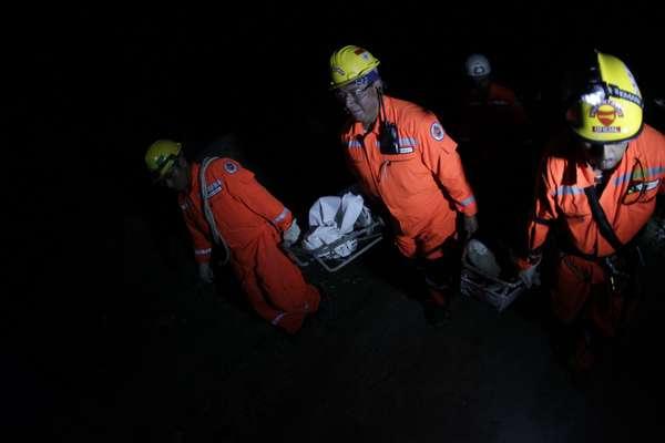 Los cuerpos de socorro reanudaron hoy las labores de rescate en las zonas del noroeste de Guatemala devastadas por el fuerte terremoto del miércoles, que según reportes preliminares dejó cerca de medio centenar de muertos y una veintena de desaparecidos.
