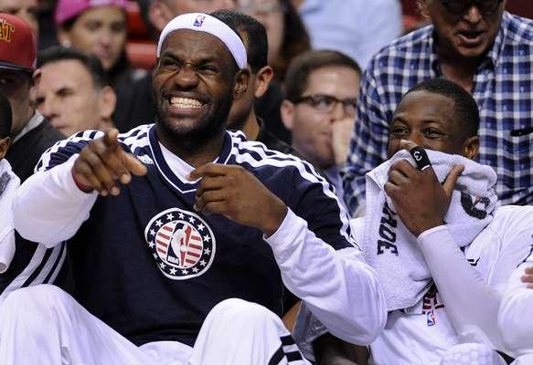 PRIMERA SEMANA: ¿Cuál será el chiste? No sabemos, pero de algo se reirán LeBron James y Dwyane Wade de los Heat durante un partido de la NBA disputado ante los Nets, el 7 de noviembre, en el American Airlines Arena en Miami, Florida (EEUU).