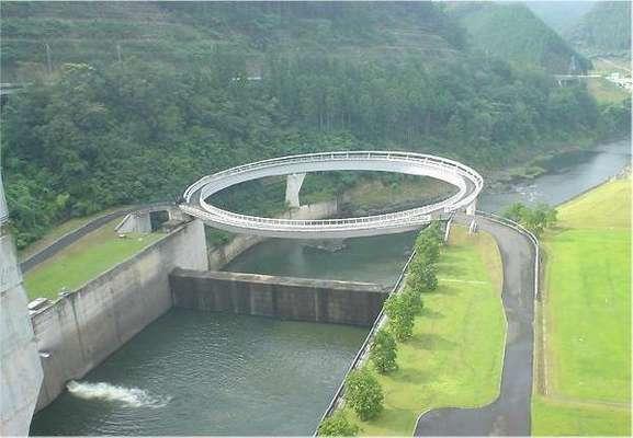 Ponte da Amizade, Japão: normalmente uma ponte serve para encurtar a distância entre dois pontos. Mas esse não é o caso da Ponte da Amizade, na cidade japonesa de Nantan, situada perto das águas termais de Yoshi, na periferia de Kyoto. Esta ponte de 80 metros de diâmetro efetua um trajeto circular e serve para ilustrar a serenidade trazida no complexo de termas