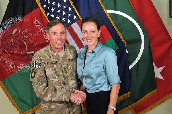 El romance entre el ex jefe de la CIA, David Petraeus, y su biógrafa Paula Broadwell, que provocó la renuncia de éste tras una investigación del FBI, generó un escándalo político en Estados Unidos, cuyos legisladores exigen explicaciones ante potenciales daños a la seguridad nacional. Pero, ¿cuáles fueron los hechos que hundieron la carrera de Petraeus, el militar más respetado en Estados Unidos?
