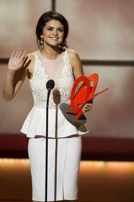 """Oficialmente soltera, tras haberse conocido la noticia de la separación de Justin Bieber, Selena Gómez recibió el título que le otorgó la revista Glamour como """"La Mujer del Año"""", en una ceremonia realizada el 12 de noviembre en el Carnegie Hall de Nueva York. La estrella, totalmente radiante, lució elegante y sexy a la vez, con un traje en tono blanco con transparencia, lo cual destacó un poco sus """"bubis""""."""