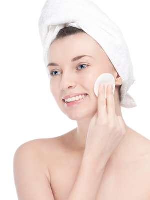 Causadas principalmente pela exposição excessiva aos raios solares, as manchinhas podem ser atenuadas com máscara caseira à base de leite de magnésia e clara de ovo