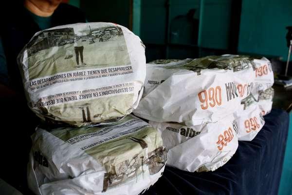 Ciudad Juárez recurrió a una peculiar campaña para dar con el paradero de personas desaparecidas o secuestradas. Ahora los empaques de las tortillas, alimento clave en la dieta mexicana, incluyen fotos y nombres de jóvenes desaparecidas.