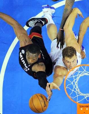 Heat vs. Clippers: Dwyane Wade pelea el reobte del balón con Blake Griffin. Los Clippers hicieron pedazos a la defensiva de Miami para ganar 107-100 en juego celebrado en el Staples Center.
