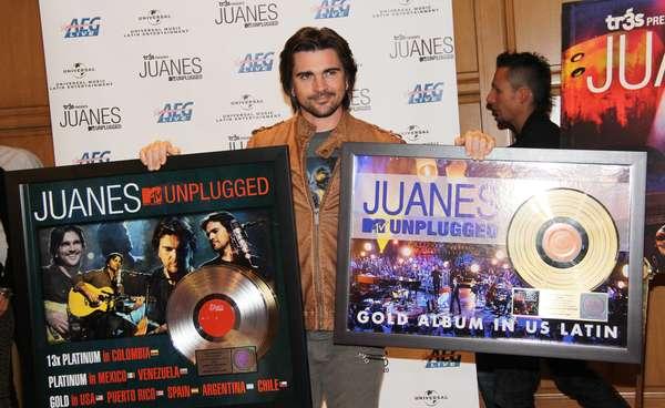 """Juanes está que no cabe de la emoción, pues además de ser una de las grandes figuras en la entrega del Latin Grammy 2012, durante una ceremonia en Las Vegas fue galardonado con un disco de oro por las ventas en Estados Unidos y Puerto Rico de su más reciente álbum """"Juanes: MTV Unplugged"""". Vacílate las mejores imágenes a continuación."""