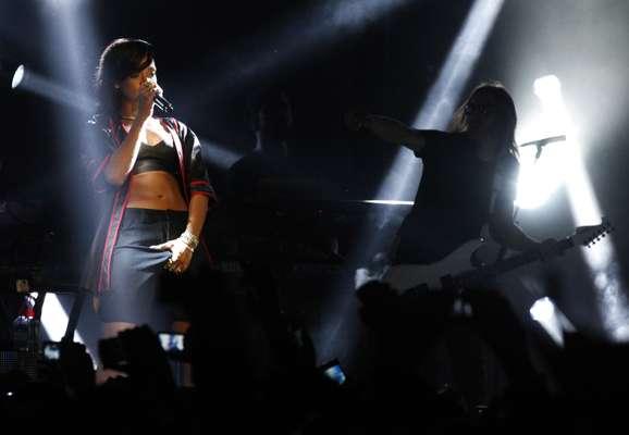 """Totalmente sin pudor, Rihanna causó euforia y exaltación en México, al acariciar su zona íntima en la primera parada de """"777"""", nombre de la gira con la que la cantante de Barbados aterrizó el 14 de noviembre en la capital mexicana, para ofrecer un adelanto de lo que será su nuevo álbum """"Unapologetic"""" y con la cual consiguió hacer vibrar a miles de fanáticos."""