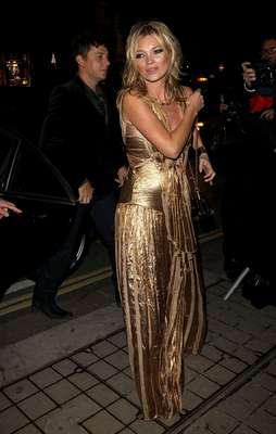 """Kate Moss lució adoradisima en la presentación de su libro, """"The Kate Moss Book."""" La modelo usó un atuendo en dorado que la hizo ser la estrella más brillante de la noche. El libro tiene como tema principal, la moda y es uno de los más esperados del año. ¿Qué les pareció el look de Kate? (Terra USA/Armando Tinoco)"""