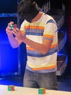 """Una televisora se unió a un grupo de científicos que tratan de entender por qué algunas personas tienen """"super-habilidades"""". Entre ellos se encuentra el brasileño Gabriel Barbar, que al mismo tiempo puede resolver tres cubos mágicos y con los ojos vendados."""
