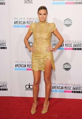 Heidi Klum enseño sus piernazas en la alfombra roja de los AMAs.