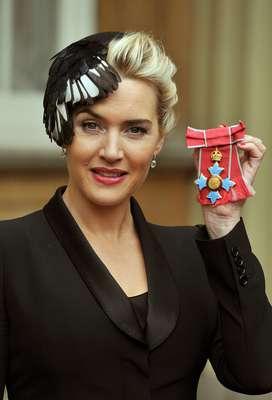 """La actriz británica Kate Winslet y la reina Isabel II compartieron sus experiencias maternales en el Palacio de Buckingham, donde la protagonista de """"Titanic"""" fue condecorada en reconocimiento a su trayectoria artística."""