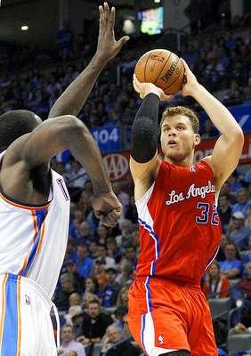 Clippers vs. Thunder: Blake Griffin toma el disparo ante la marca de Kendrick Perkins.