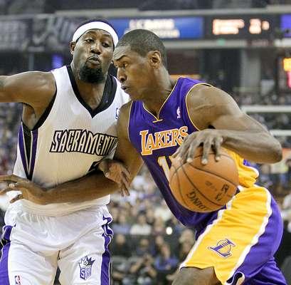 Lakers vs. Kings: Meta World Peace intenta driblar la marca de John Salmons.