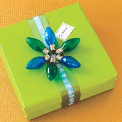 Cada año, tu casa se llena de espíritu navideño. Si este 2012 quieres mostrar algo realmente original, toma en cuenta estas opciones. Comenzamos con este regalo que, en vez de moño tienen luces.